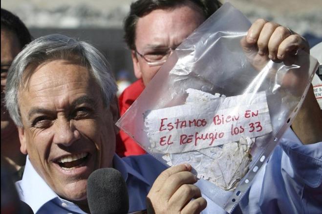 Tổng thống Chile cầm trên tay mảnh giấy nhắn của 33 thợ mỏ bị mắc kẹt