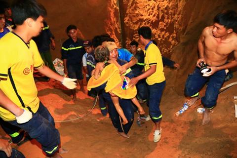 Giải cứu bé gái 7 tuổi ở Bình Dương - mắc kẹt 15m dưới giếng
