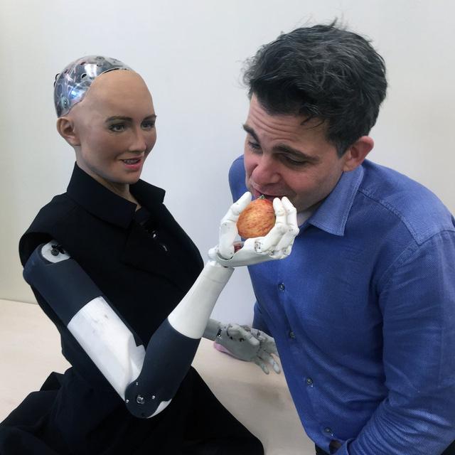 Chỉ một tháng sau khi trở thành robot đầu tiên trên thế giới được trao quyền công dân, Sophia cho biết muốn xây dựng gia đình, và muốn tự đặt tên cho con.