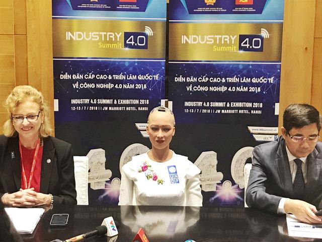 'Cô' robot này cũng nhận định, Việt Nam cần phải có những sáng tạo công  nghệ, tận dụng các cơ hội như IoT, BigData… để có những bước nhảy vọt về  kinh tế