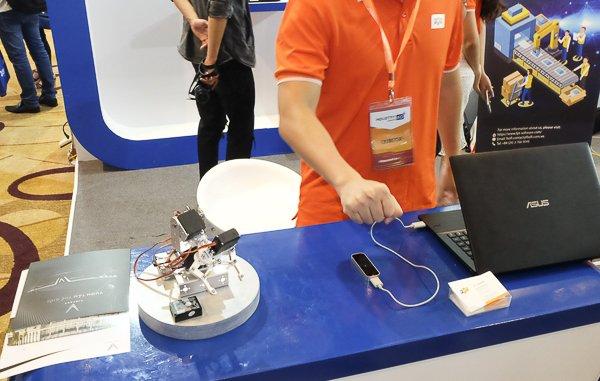 Cánh tay robot điều khiểu bằng cảm ứng, một sản phẩm của tập đoàn FPT.  Để ra lệnh cho cánh tay robot này, người dùng chỉ cần đặt tay lên phía  trên bộ cảm ứng và dùng chínhcử chỉcầm nắm của bàn tay để robot bắt  chước và làm theo. Ảnh: Trọng Đạt