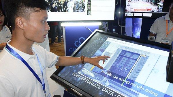 CMC cũng phát triển nhiều công nghệ liên quan đến nhận dạng. Thông qua  camera an ninh công cộng, hệ thống có thể tự động nhận diện ra khuôn mặt  những người đứng trước camera và đưa ra các thông tin liên quan từ  những dữ liệu trên Internet. Ảnh: Trọng Đạt