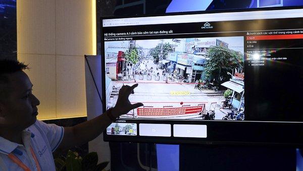 Tập đoàn CMC mang đến triển lãm hệ thống camera AI cảnh báo sớm tai nạn  đường sắt. Trong trường hợp phát hiện ra người, phương tiện trong phạm  vi an toàn đường sắt, hệ thống sẽ ngay lập tức đưa ra cảnh báo. Ảnh:  Trọng Đạt