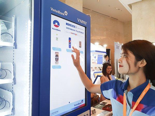 Công nghệ thanh toán qua mã QRđược  VNPay hợp tác triển khai với nhiều ngân hàng lớn tại Việt Nam. Đây là  một phần trong nhóm các giải pháp nhằm thúc đẩy việc thanh toán không  dùng tiền mặt. Ảnh: Trọng Đạt