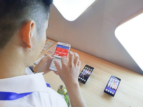 Một vị khách tham gia triển lãm đang check in tại gian hàng của Bkav.  Đây là nơi trưng bày 2 mẫu điện thoại BPhone và BPhone 2 do tập đoàn này  phát triển. Bkav sẽ ra mắt mẫu điện thoại tiếp theo vào cuối năm nay.  Ảnh: Trọng Đạt