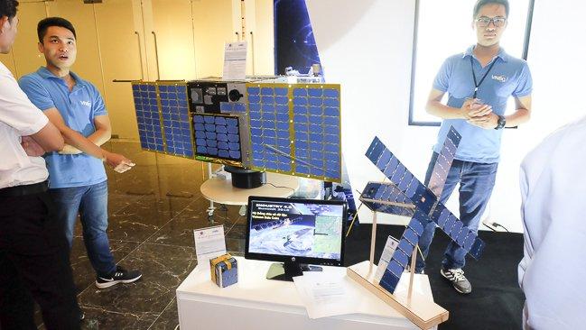 PicoDragon và MicroDragon, NanoDragon, bộ 3 vệ tinh viễn thám được phát triển bởi Trung tâm Vũ trụ Việt Nam.  PicoDragon được phóng lên không gian vào năm 2013 và đã hoàn tất sứ  mệnh của mình. MicroDragon sẽ được phóng lên vũ trụ vào cuối năm nay.  Theo kế hoach, NanoDragon sẽ được đưa lên không gian vào năm 2020. Ảnh:  Trọng Đạt