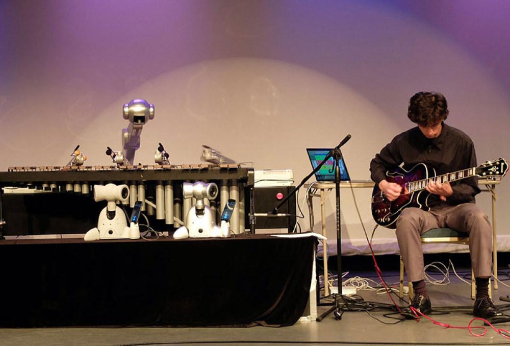 Robot Shimon chơi marimba ở Moogfest. Nguồn: Quartz