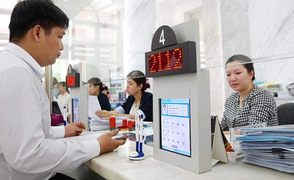 Giấy tờ đang được số hóa khi nộp làm thủ tục tại UBND quận 1. Ảnh: Hoàng Hùng