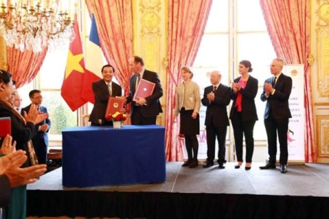 Bộ trưởng Bộ Khoa học và Công nghệ Chu Ngọc Anh (trái) và đại diện Tập đoàn Airbus Defence và Space SAS ký thỏa thuận trong lĩnh vực vũ trụ. Nguồn ảnh: Bộ KHCN.