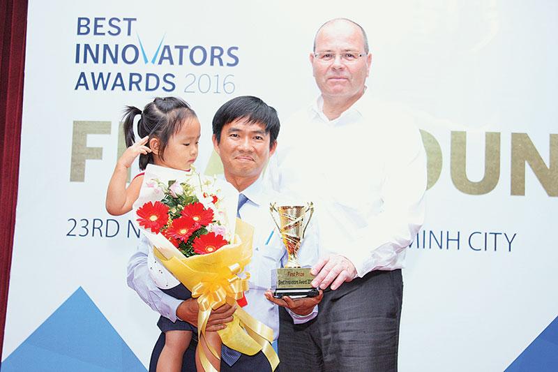 """Anh Hà Văn Lộc nhận giải thưởng """"Nhà sáng tạo xuất sắc nhất"""" (Best Innovator Award) do trường Đại học Việt - Đức, Đại học Leipzig phối hợp cùng với Phòng Thương mại và Công nghệ Việt Nam tổ chức năm 2016. Ảnh do nhân vật cung cấp"""