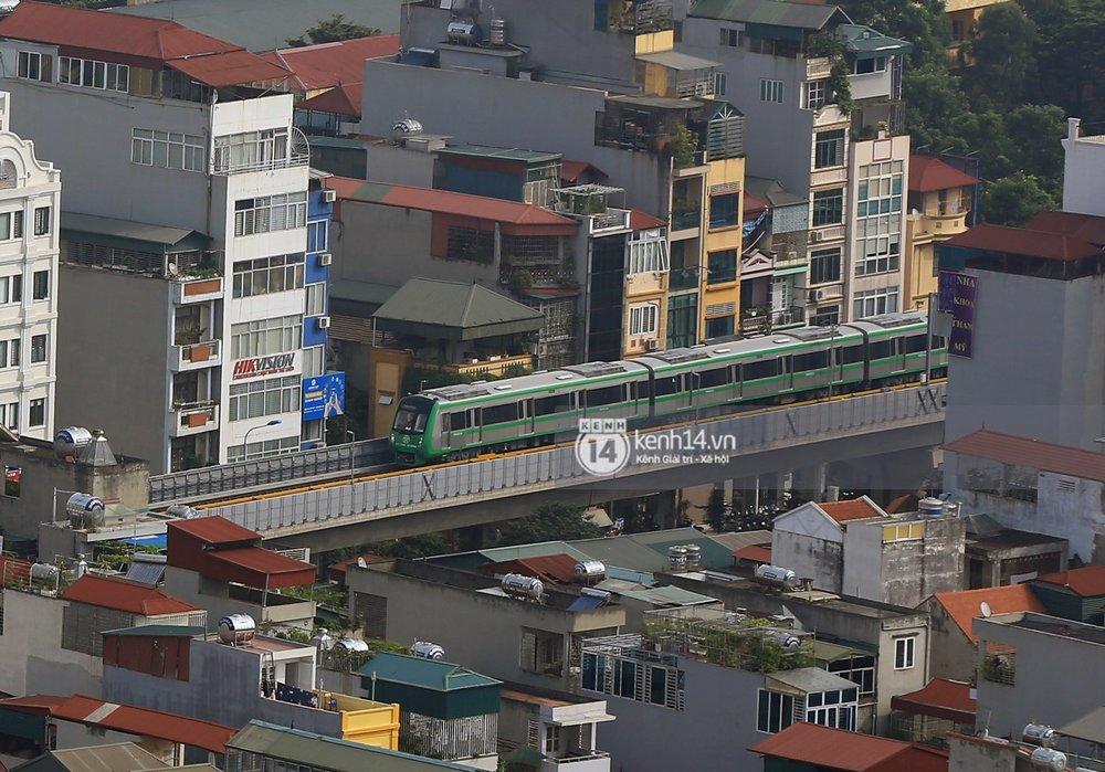 Có nhiều đoạn chuyến tàu băng qua khu dân cư thu hút sự chú ý của người dân. Nhìn đoàn tàu màu xanh lá lao nhanh, nhiều người kỳ vọng đây sẽ là phương tiện công cộng chủ lực của Thủ đô trong tương lai gần.