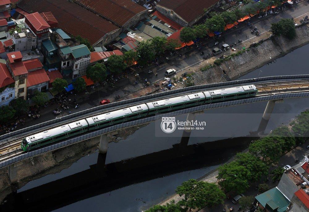 """Đoàn tàu """"vút"""" qua sông Tô Lịch"""