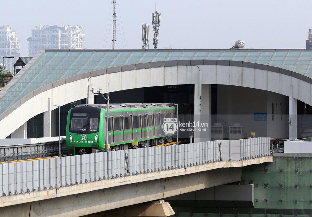 Đúng 8h30 sáng 9/8, đoàn tàu đường sắt trên cao mang số hiệu HN00304 di chuyển từ ga Cát Linh tới ga Yên Nghĩa. Đây là hoạt động chạy thử toàn tuyến của tuyến đường sắt nội đô, kiểm tra công tác vận hành trước khi đưa vào chạy chính thức trong thời gian tới.