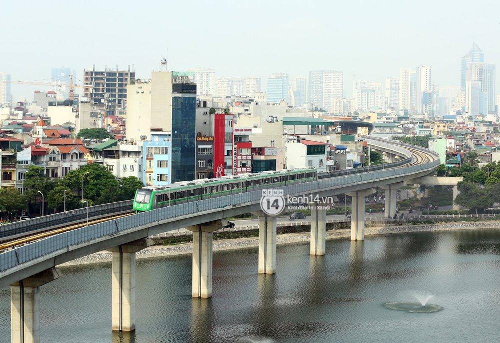 Hình ảnh đoàn tàu đi qua hồ Hoàng Cầu (quận Đống Đa, Hà Nội).