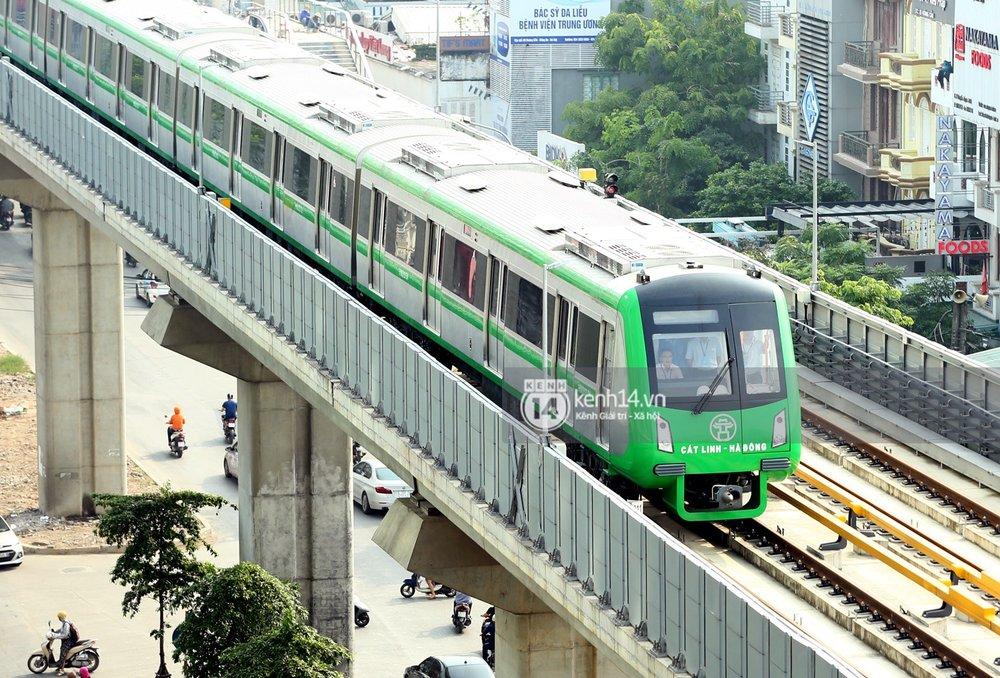 Đoàn tàu gồm 4 toa chạy liên tục không dừng qua các ga.
