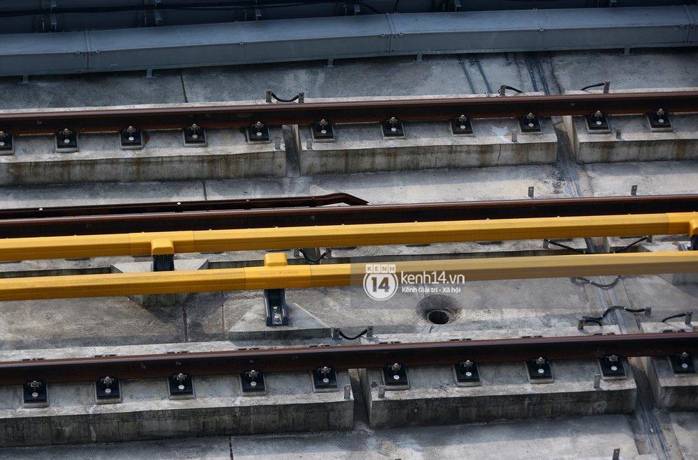Thanh ngăn giữa 2 làn đường sắt.