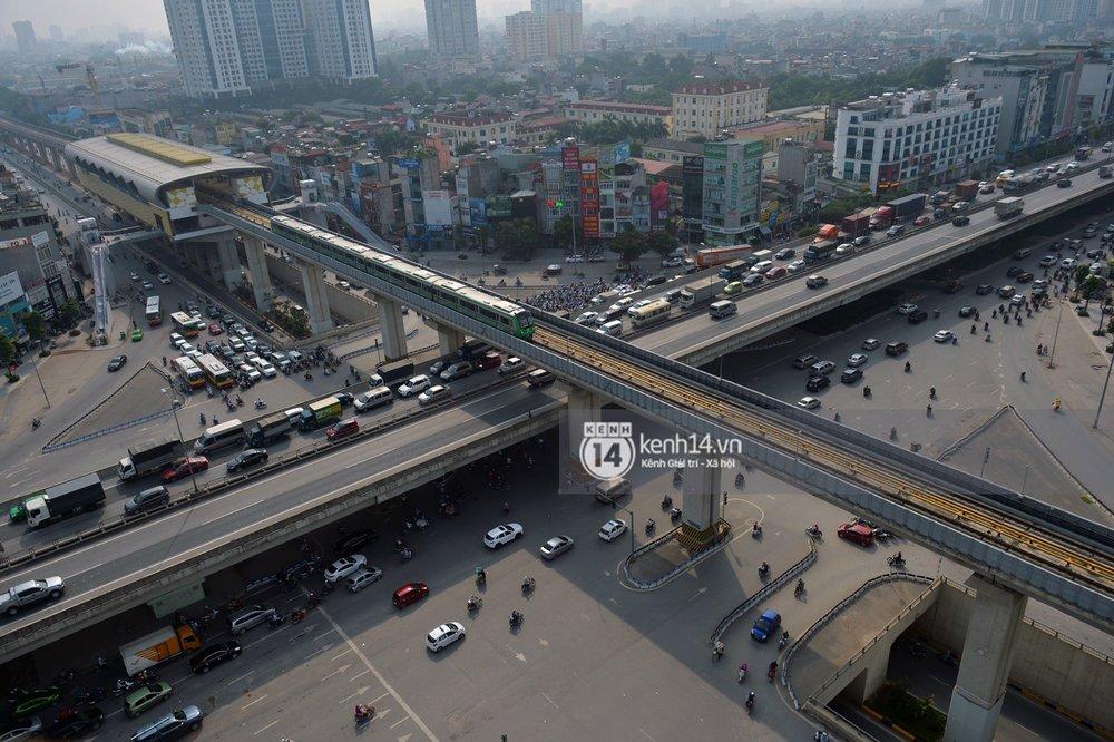 Tuyến đường sắt trên cao Cát Linh - Hà Đông dài 13 km, điểm đầu tại ga Cát Linh, điểm cuối tại ga Yên Nghĩa (Hà Đông). Dự án có 13 đoàn tàu, mỗi đoàn 4 toa, thời gian khai thác 3-5 phút mỗi chuyến, tốc độ thiết kế tối đa 80 km/h, tốc độ khai thác bình quân là 35 km/h.