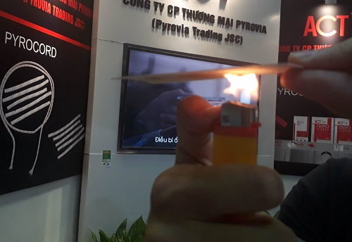 Một doanh nghiệp của Nga cũng tạo ra giải pháp chữa cháy độc đáo dành  cho các ổ cắm hay tủ điện. Theo đó, các tấm chống cháy, hay dây chống  cháy được tích hợp một dạng viên nang siêu nhỏ có chứa các chất dập  cháy. Khi có cháy chất dập cháy bên trong viên nang sẽ nở ra, khí dập  cháy sẽ được xả xuống đám cháy với 3 nguyên lý: hấp thu nhiệt của đám  cháy, ngăn chặn phản ứng dây chuyền của đám cháy và giảm ôxi ở vùng  cháy.