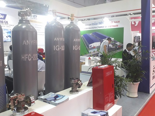Hệ thống bình chữa cháy khí của một doanh nghiệp của Hàn Quốc. Theo ông  Trần Vũ Nhật, TGĐ Stec, đơn vị cung cấp giải pháp, bình chữa cháy khí  phù hợp cho các không gian chứa nhiều thiết bị điện -không thể sử dụng  biện pháp chữa cháy nước. Với mỗi bình khí 84 lít có giá 700-800 USD,  mỗi lần nạp khí có chi phí khoảng 1 triệu đồng.