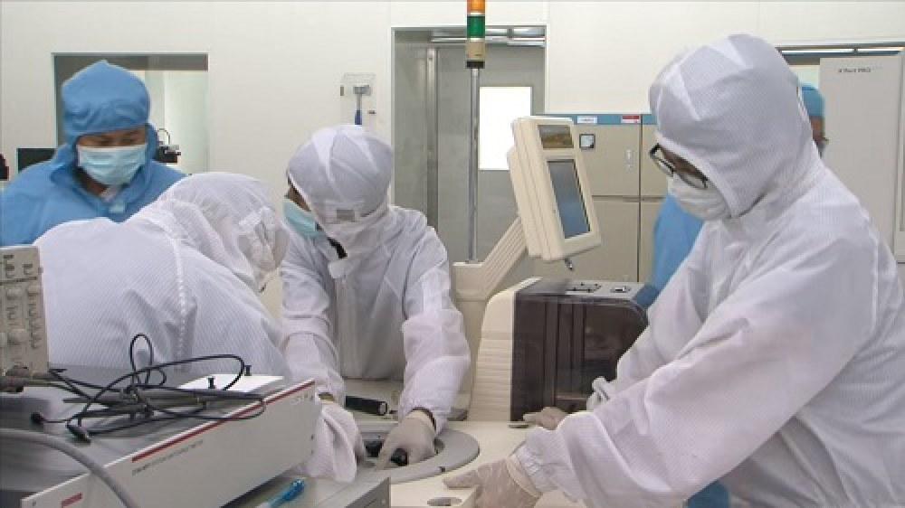 Các nhà khoa học đang thực hiện các thí nghiệm tại phòng thí nghiệm, Trung tâm nghiên cứu và triển khai, Khu công nghệ cao TP.HCM (SHTP Labs).