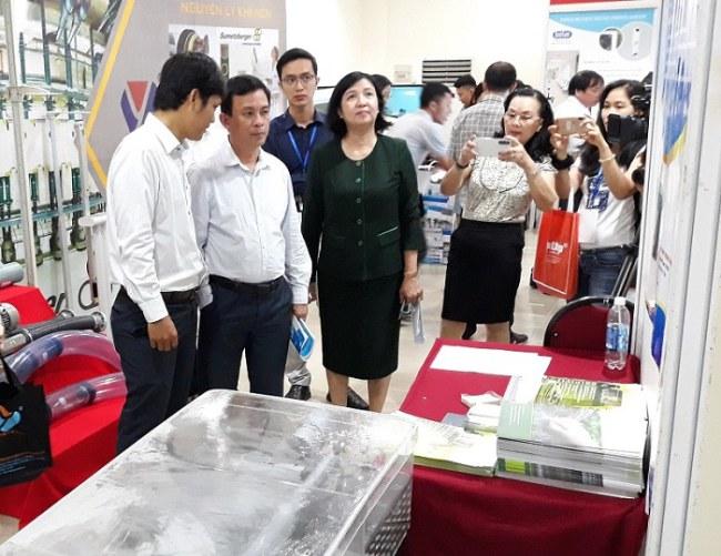 GS.TS Nguyễn Kỳ Phùng cùng đại diện ban tổ chức tham quan các gian hàng tại Techmart