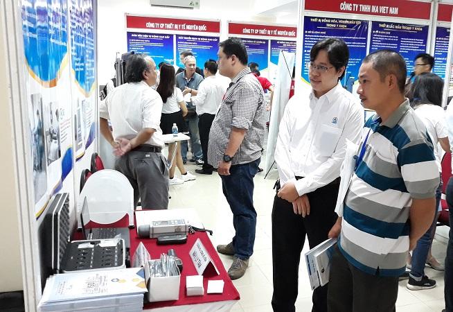 Ông Nguyễn MinhHiếu, Phó giám đốcTrung tâm Kỹ thuật Tiêu chuẩn Đo lường  Chất lượng TP.HCM giới thiệu với khách tham quan về những thiết bị,  dịch vụ của Trung tâm