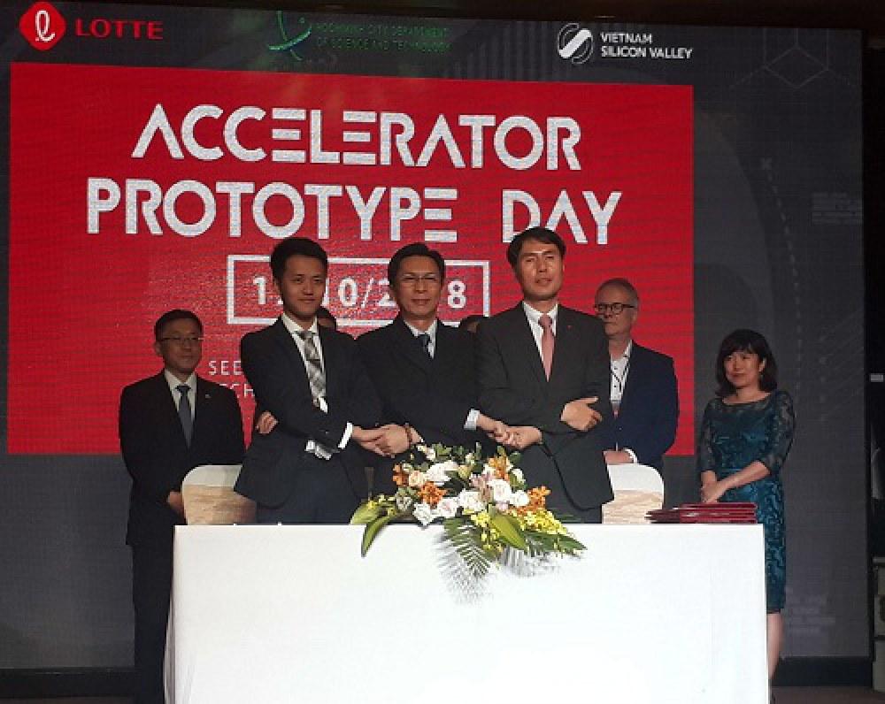 Ông Nguyễn Việt Dũng, Giám đốc Sở Khoa học và Công nghệ TP.HCM (giữa), bắt tay các đối tác là Vietnam Silicon Valley và Lotte Accelerator tại lễ ký kết hợp tác. Ảnh: Hà Thế An.