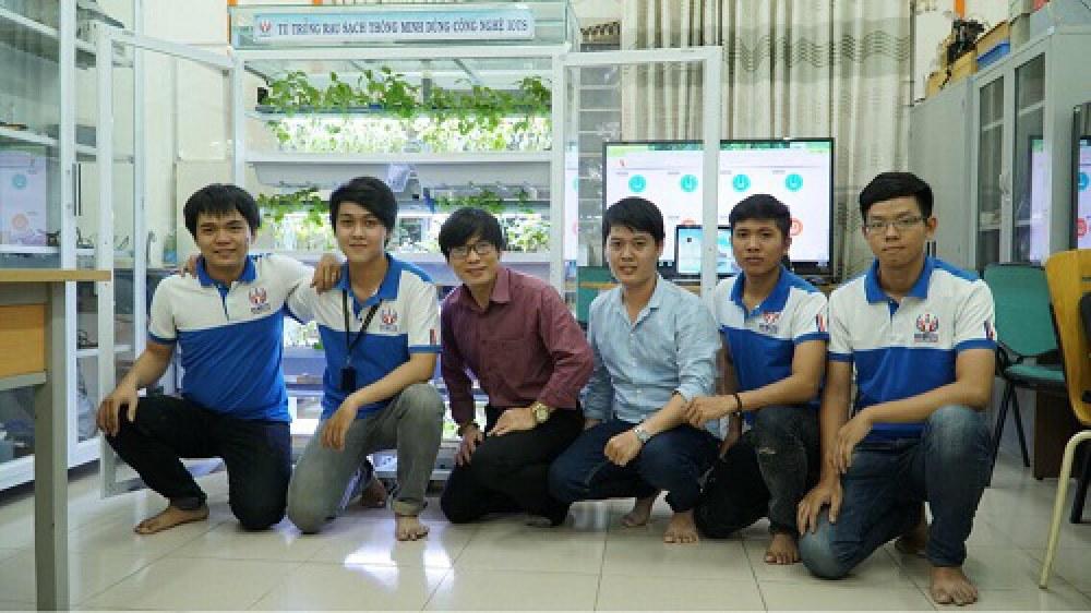 TS Nguyễn Văn Thái (thứ 3 từ trái sang), giảng viên hướng dẫn và các thành viên dự án. Ảnh: NVCC.