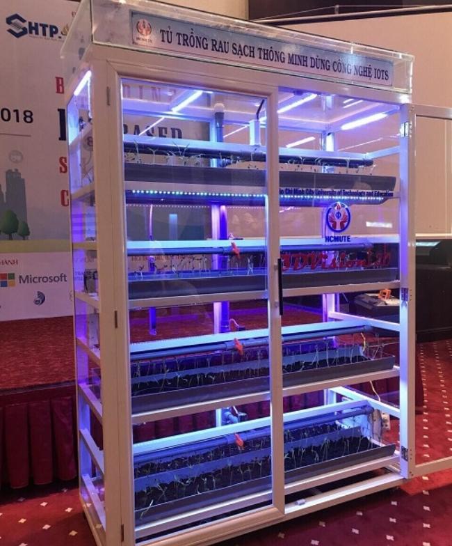 Tủ trồng rau sạch thông minh đã đạt giải nhì cuộc thi IoT Startup do Vườn ươm doanh nghiệp Khu Công nghệ cao TP.HCM tổ chức và được trưng bày tại triển lãm của Tuần lễ đổi mới sáng tạo và khởi nghiệp TP.HCM (WHISE) năm 2018 vừa qua. Ảnh: Hà Thế An.