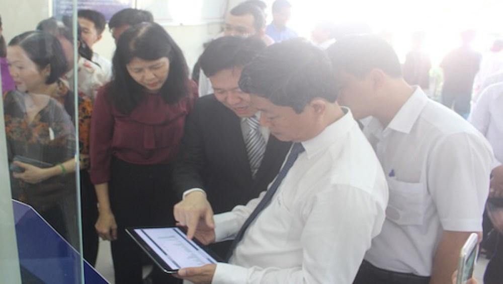 Ông Võ Văn Minh, Bí thư Thành ủy Thủ Dầu Một nghe đại diện Công ty hệ thống thông minh giới thiệu về các ứng dụng