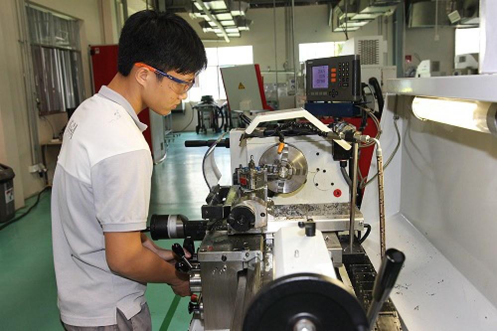 Kinh nghiệm từ các trường ĐH tại New Zealand sẽ mang tới những thông tin  hữu ích cho các ĐH Việt Nam trong việc thúc đẩy hoạt động nghiên cứu  khoa học, đổi mới sáng tạo. Trong ảnh: Một sinh viên đang thực tập tại  nhà máy cơ khí tại TP.HCM. Ảnh: Thành Hoa.