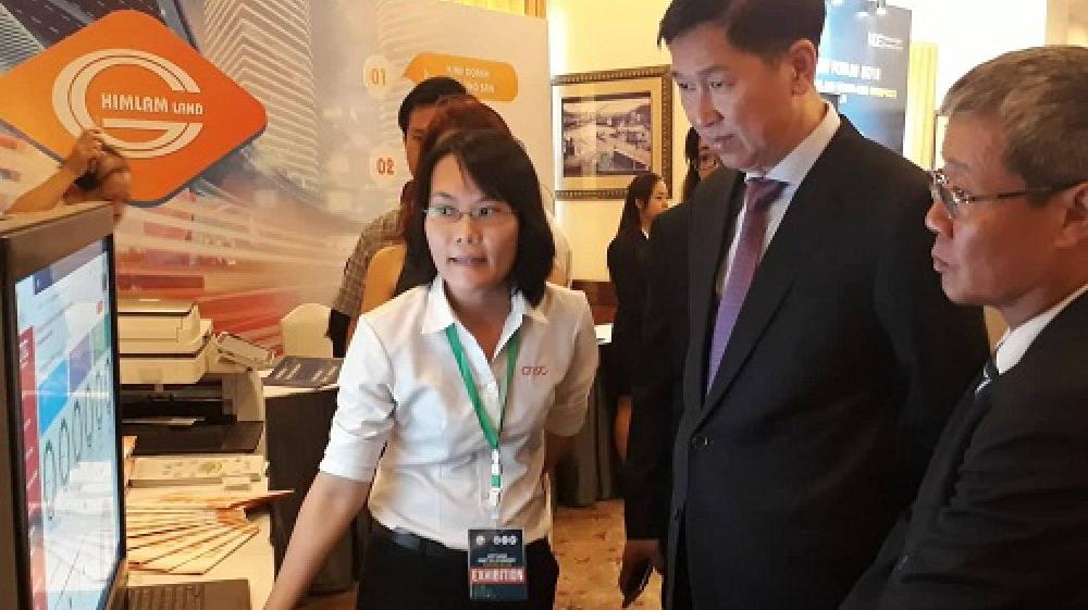 Ông Trần Vĩnh Tuyến, Phó Chủ tịch UBND TP.HCM tìm hiểu về hệ thống quản lý nội khu trực tuyến của Công viên phần mềm Quang Trung trưng bày tại Diễn đàn kinh tế số. Ảnh: Hà Thế An.
