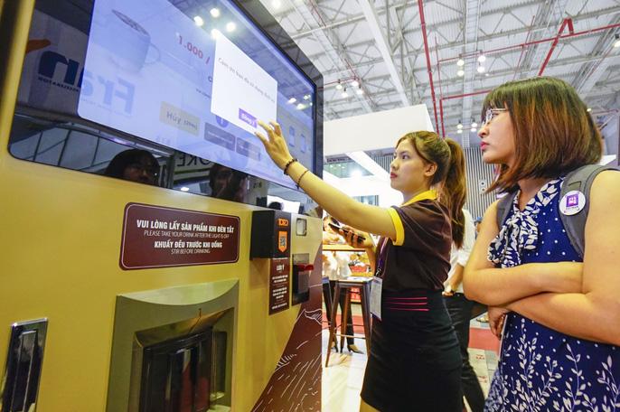 Điều thú vị trong triển lãm lần này là chiếc máy bán cà phê rang xay tự  động của Kootoro Việt Nam khi lần đầu tiên xuất hiện với tên gọi là  Barista 4.0.