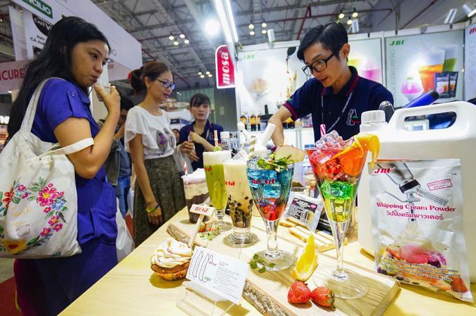 Coffee Expo Vietnam 2018 là sự kiện xúc tiến thương mại nổi bật nhất  trong ngành cà phê, trà và món ngọt, các thiết bị, nguyên vật liệu pha  chế cà phê, đồ uống, dụng cụ và nguyên liệu làm bánh cao cấp đến từ 250  thương hiệu nổi tiếng trong và ngoài nước.