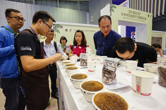 Nét mới trong triển lãm lần này là khách tham quan sẽ có cơ hội tận mắt  chứng kiến quá trình pha chế cà phê và thưởng thức những tách cà phê  đẳng cấp thế giới. Bên cạnh hoạt động trưng bày, giới thiệu sản phẩm sẽ  có những cuộc thi như pha chế, làm bánh ...