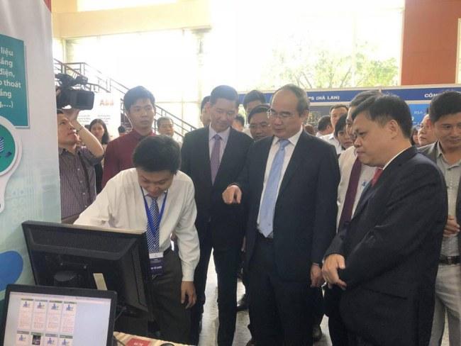 Cán bộ Sở TTTT báo cáo với Bí thư Thành ủy Nguyễn Thiện Nhân về Hệ thống 1022