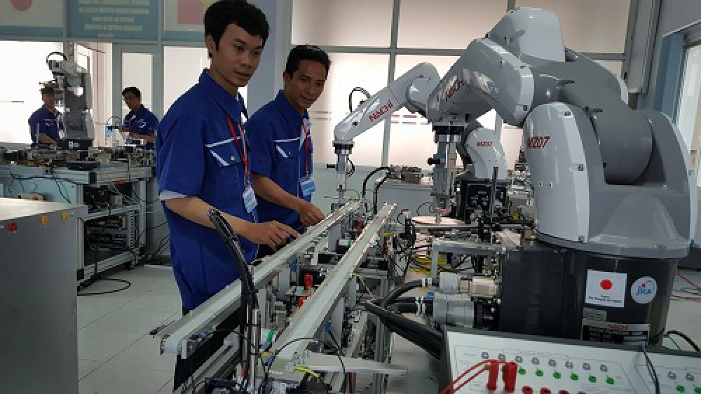 Những cánh tay robot hoạt động với độ chính xác cao của hãng Nachi (Nhật  Bản) được sử dụng tại Trung tâm đào tạo Việt Nhật thuộc Khu công nghệ  cao TP.HCM. Ảnh: Hà Thế An.