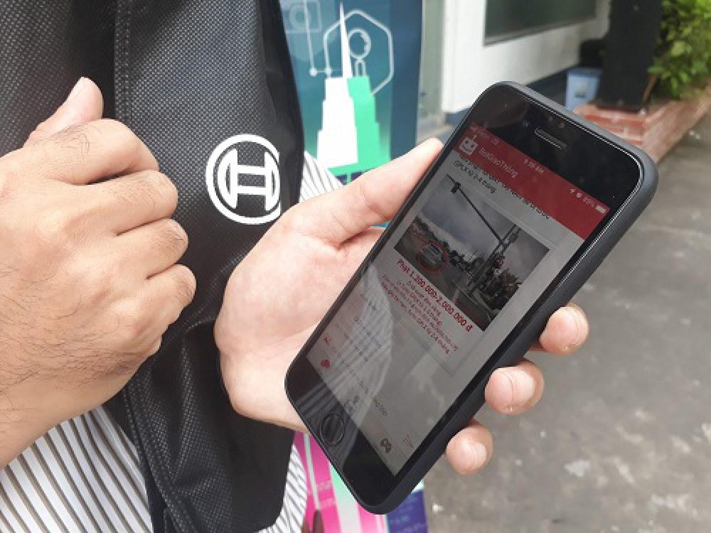 """Khi người dùng nhập lệnh """"Ô tô vượt đèn vàng"""" hệ thống chatbot sẽ tự  động thông tin lỗi này sẽ bị phạt từ 1,2 đến 2 triệu đồng và tước giấy  phép lái xe từ 1 đến 3 tháng, căn cứ vào điều 5.5a Nghị định  46/2016/NĐ-CP. Nếu phương tiện gây tai nạn sẽ tước giấy phép lái xe từ 2  đến 4 tháng. Ảnh: Hà Thế An."""