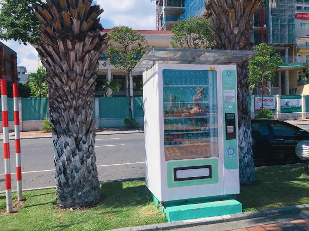 Máy bán hàng tự động trên đường Bạch Đằng (quận Hải Châu). Ảnh: Nhật Tuấn.