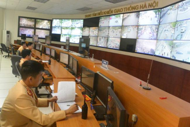 CSGT đang chăm chú quan sát để điều khiển giao thông với các đội CSGT địa bàn