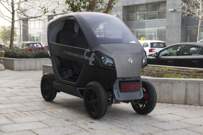 Xe điện tự gập gọn 2 ghế ngồi trên đường phố ở Tel Aviv.