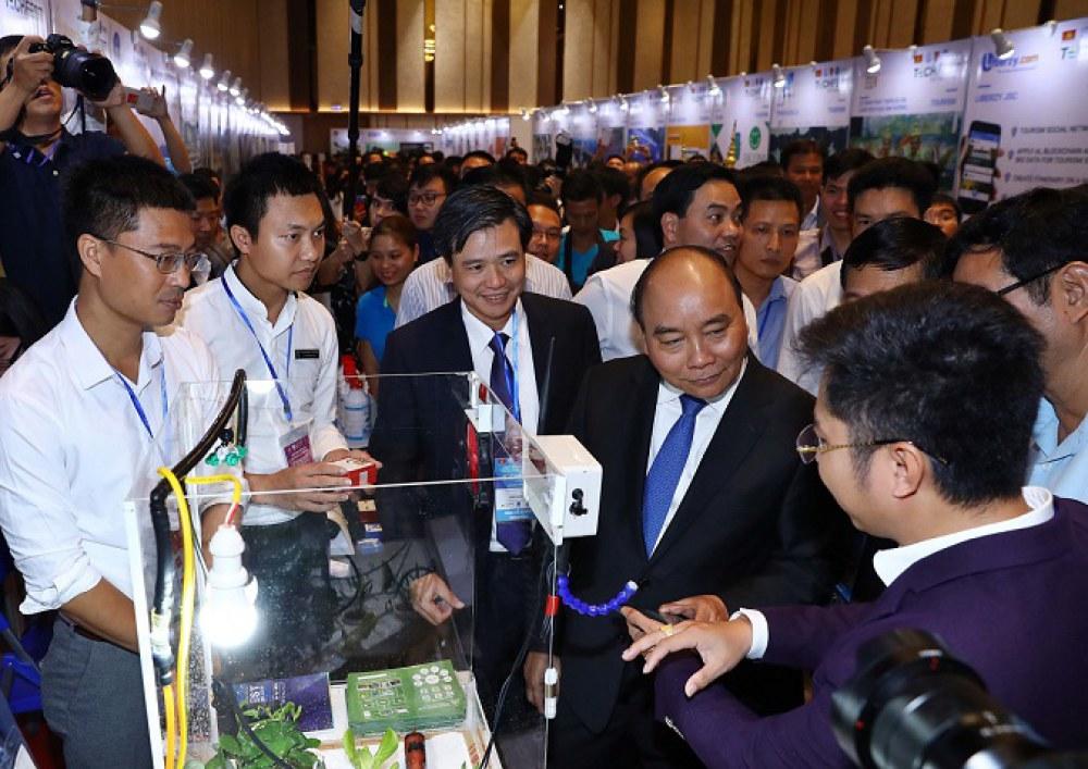 Lãnh đạo Chính phủ và các Bộ, ngành tham quan cácgian hàng triển lãm tại Techfest 2018
