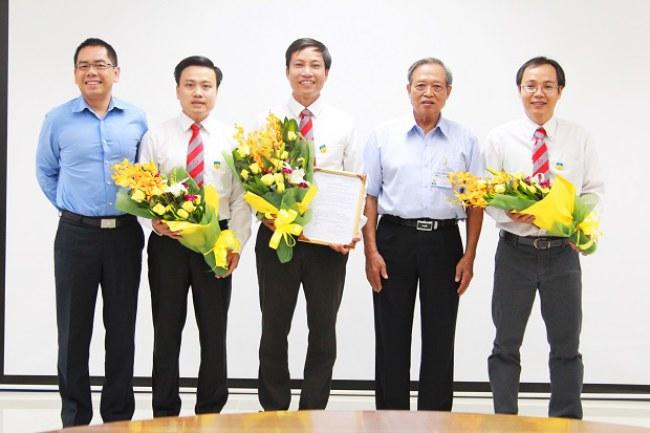 PGS. TS. Nguyễn Xuân Hùng (đứng giữa) - hiện là Giám đốc Viện Nghiên cứu liên ngành CIRTECH. Ảnh: HUTECH