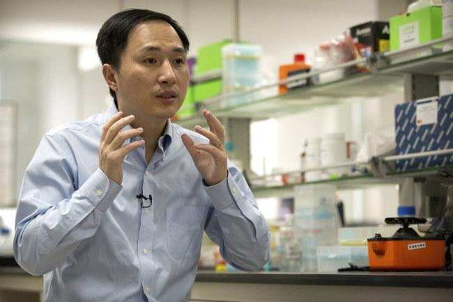 Ông Hạ Kiến Khuê phát biểu trong một cuộc phỏng vấn ngày 10/10 tại phòng thí nghiệm ở Thâm Quyến. Ảnh:AP.