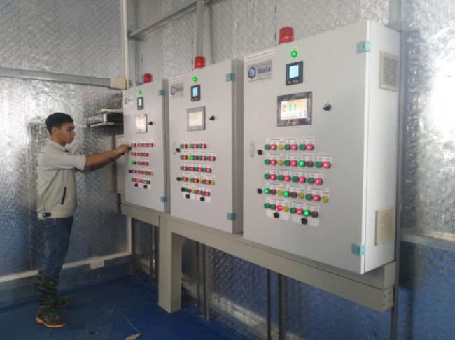 """""""Trái tim"""" của nhà màng – khu nhà điều hành. Kỹ sư Lê Duy Toàn – người  đã đi thực tập về nông nghiệp công nghệ cao ở Israel – đang điều chỉnh  các thông số cho từng khu vực trên các bộ điều khiển trung tâm."""