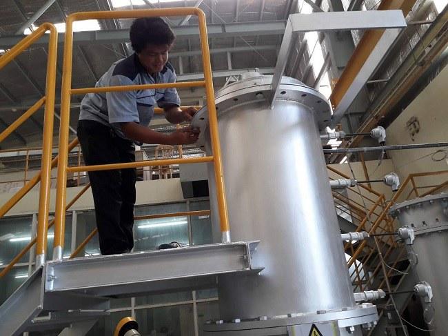 Chuẩn bị thực hiện công đoạn khí hóa biến rác thải thành năng lượng điện. Ảnh: SIHUB.