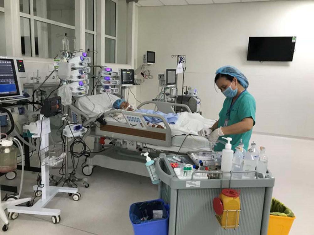 Bệnh nhi được thực hiện kỹ thuật ECMO giúp tuần hoàn và ô xy hóa máu qua màng ngoài cơ thể, tại Bệnh viện Nhi đồng Thành phố