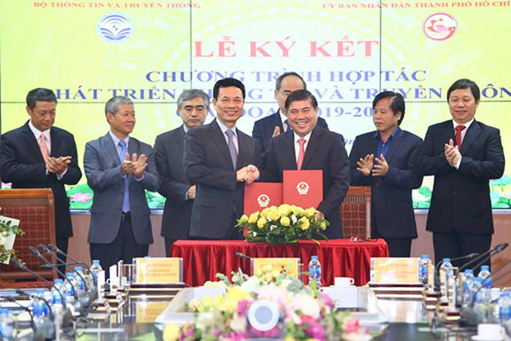 Bộ trưởng TT&TT Nguyễn Mạnh Hùng và Chủ tịch UBND TP.HCM Nguyễn Thành Phong ký kết chương trình hợp tác phát triển TT&TT giai đoạn 2019-2020.