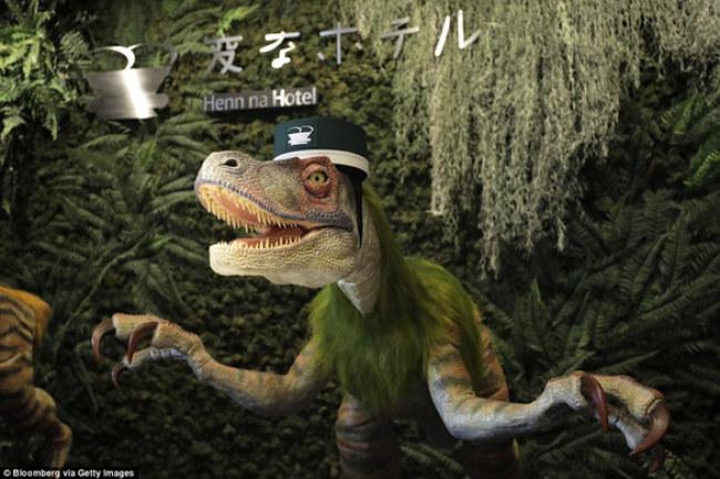 Robot khủng long chào đón khách tại một khách sạn của chuỗi khách sạn Henn na - Ảnh: GETTY