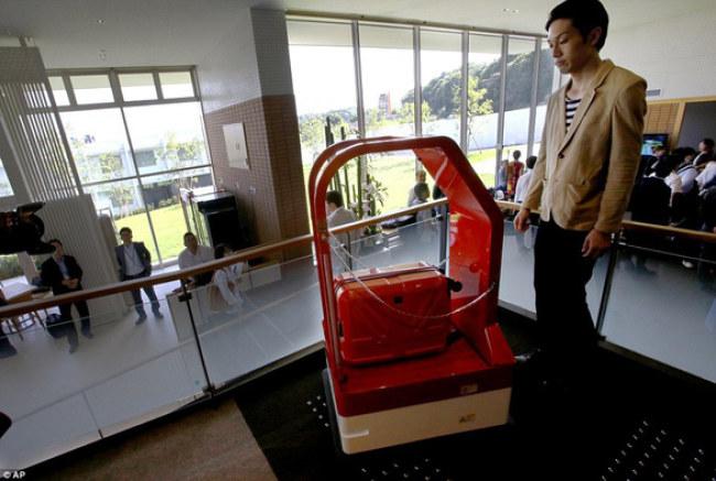 Robot vận chuyển hành lý trong khách sạn - Ảnh: AP